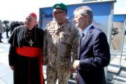 Kardinál Dominik Duka, ředitel VHÚ, brigádní generál Aleš Knížek a předseda Senátu Miloš Vystrčil u výstavních panelů připravených Vojenským historickým ústavem Praha