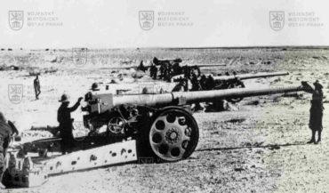 Italské těžké dělostřelectvo během bojů vseverní Africe za 2. světové války