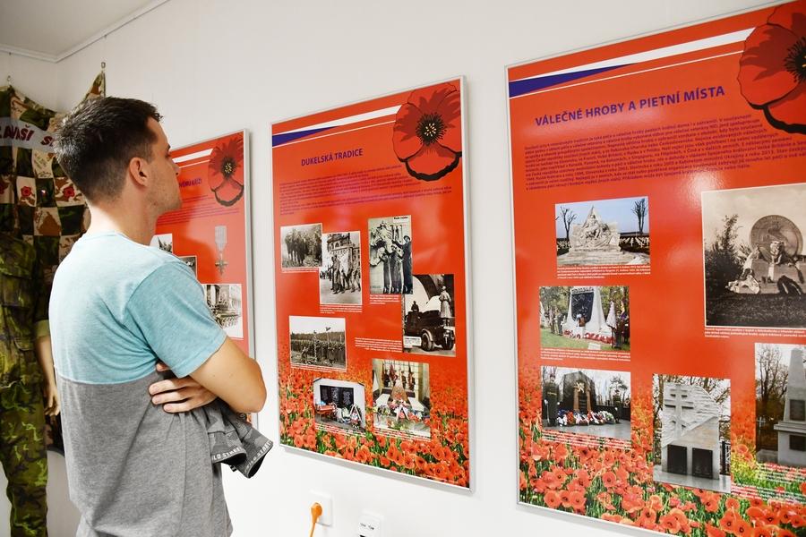 Vernisáž výstavy Pro koho kvetou vlčí máky v brněnském centru pro veterány